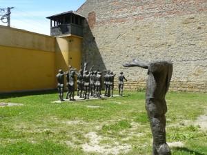 """""""Cortegiul sacrificaţilor"""", grup statuar realizat de Aurel Vlad în curtea fostei închisori de la Sighet"""