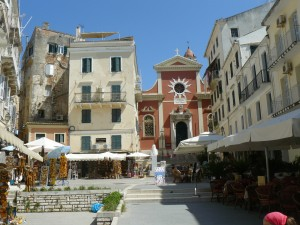Piaţeta din faţa bisericii Sfânta Teodora, din vechiul oraş Corfu Town