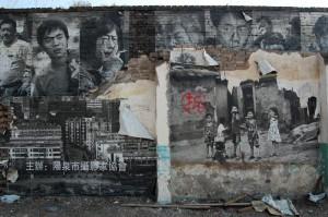 Rămăşiţele unui festival de fotografie din Pingyao. Caracterul vopsit cu roşu desemnează clădirile care vor fi demolate