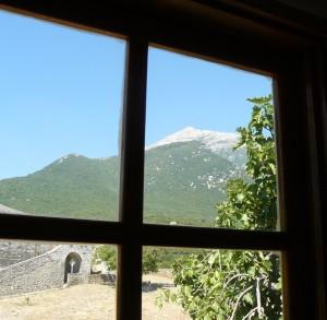 Vârful Athonului, prin fereastra uneia dintre camerele destinate pelerinilor