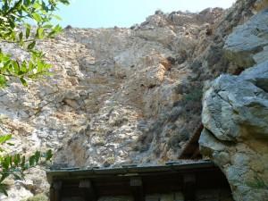 Peretele de stâncă în care se află peştera Sfântului Atanasie