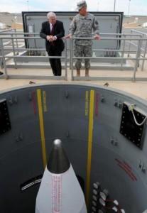 1 iunie 2009. Şeful Pentagonului, Robert Gates, priveşte o rachetă-interceptor la baza terestră Fort Greely din Alaska. Foto: www.defense.gov