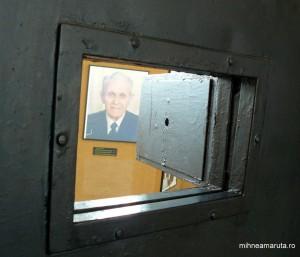 Vizeta celulei de la Sighet în care a fost închis Corneliu Coposu