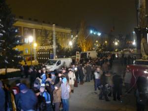 Sute de persoane aşteaptă în faţa Catedralei, pe mai multe rânduri, să intre în Catedrală şi să-şi ia rămas bun de la ÎPS Bartolomeu. Înăuntru, fiecare se închină la catafalc şi sărută mâna Mitropolitului