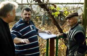 Viorel Ilişoi la muncă, în satul Copăceni din Basarabia. Foto: Bogdan Chesaru