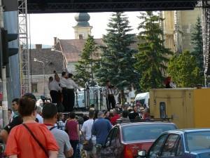 ... în Piaţa Unirii am dat de un concert de muzică populară...