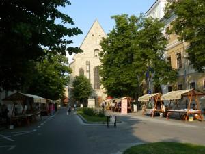 ... semnele de pe trotuare m-au purtat până la biserica reformată, unde nu mai era lume la cărţi, dar era aşa o linişte...