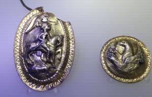 Falere din tezaurul de la Surcea, judeţul Covasna (secolul I î.Hr.). Falera era un ornament care se purta la gât, ca medalion