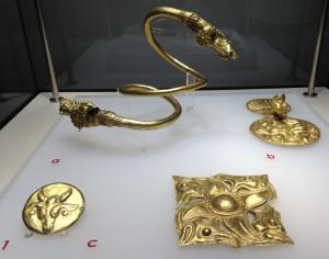 Brăţară spiralică şi aplice de harnaşament din tezaurul de la Cucuteni-Băiceni, judeţul Iaşi (secolul IV î.Hr.)
